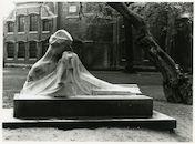Gent: Begijnhofdries: beeldhouwwerk van Georges Minne