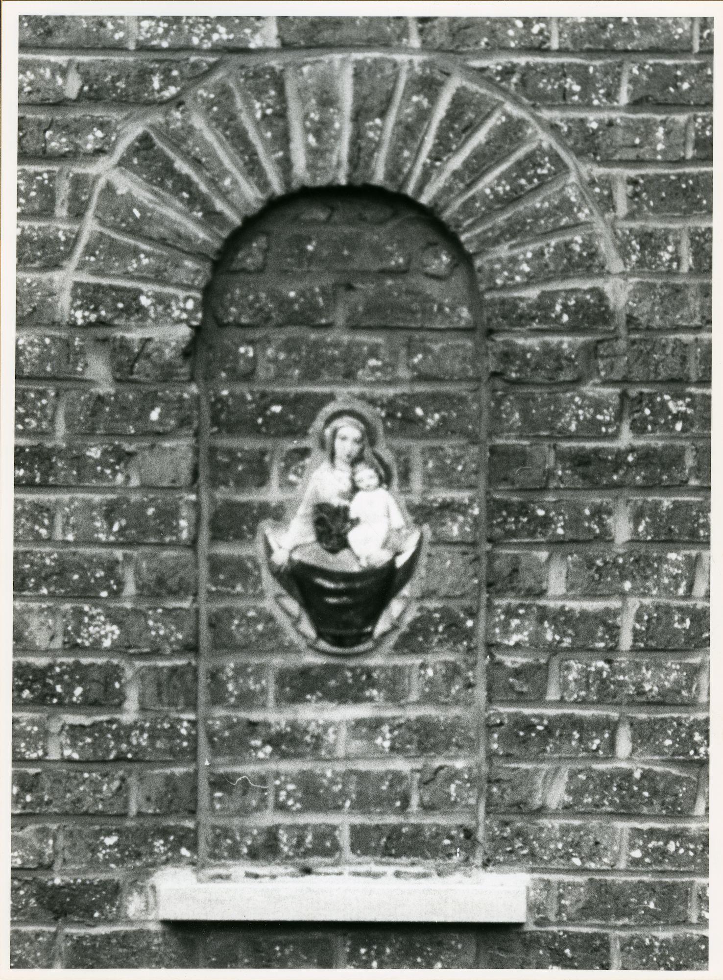 Mariakerke: René Van De Puttestraat 11: Beeldhouwwerk, 1979