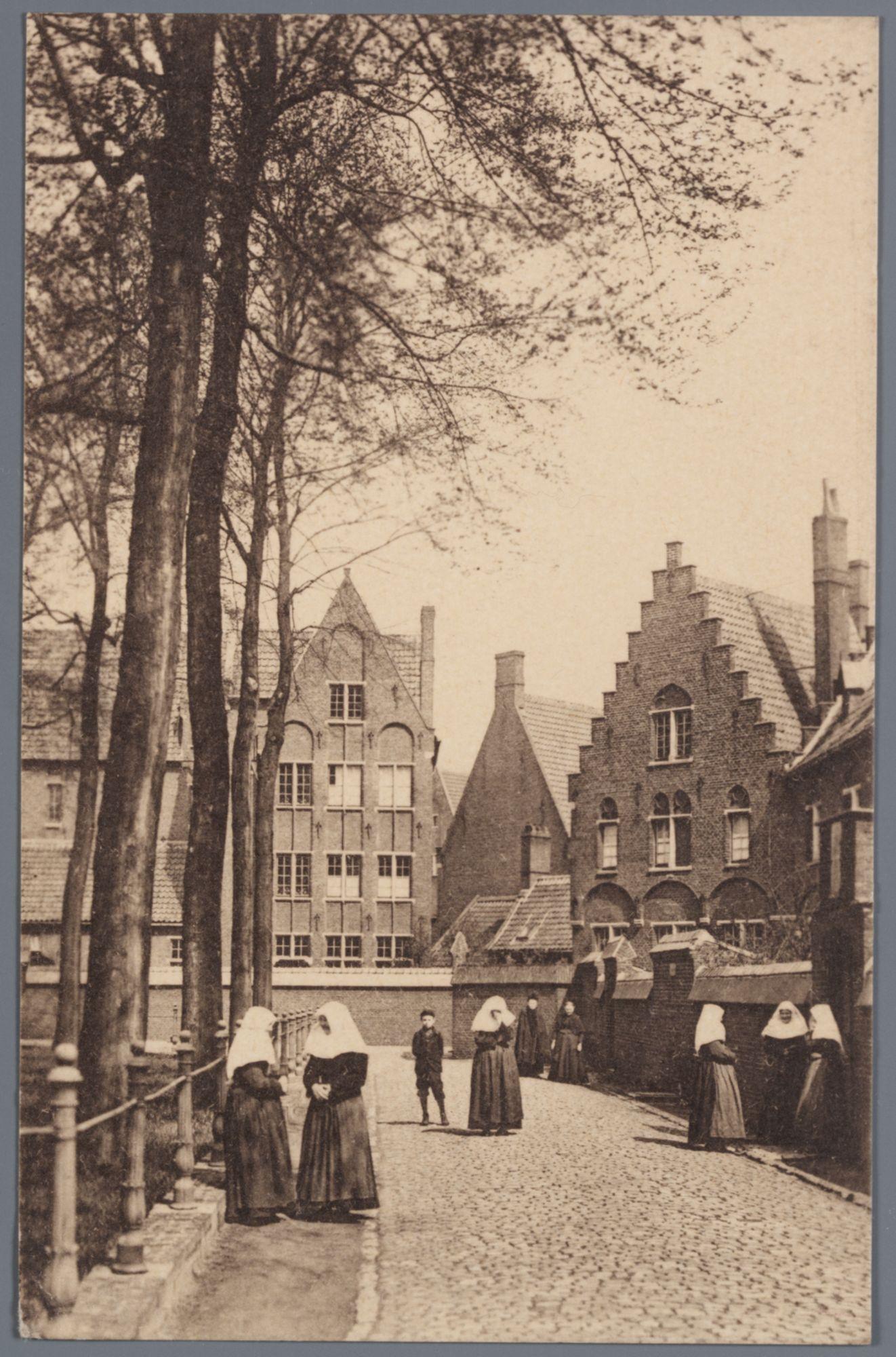 Sint-Amandsberg: Groot Begijnhof: binnenplein Sint-Begga (oostzijde) met begijntjes en andere wandelaars