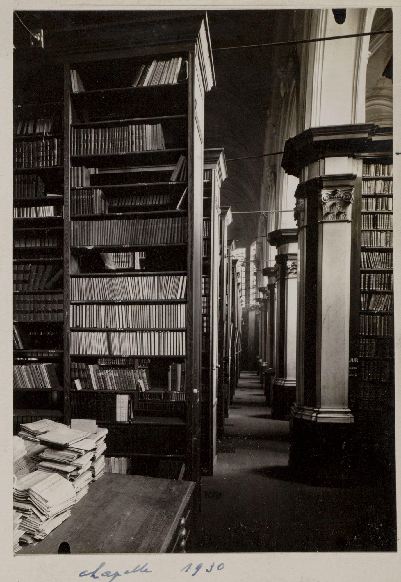 Gent: Baudeloabdij (Stads- en Universiteitsbibliotheek): magazijn met boekenrekken in de kapel, 1930