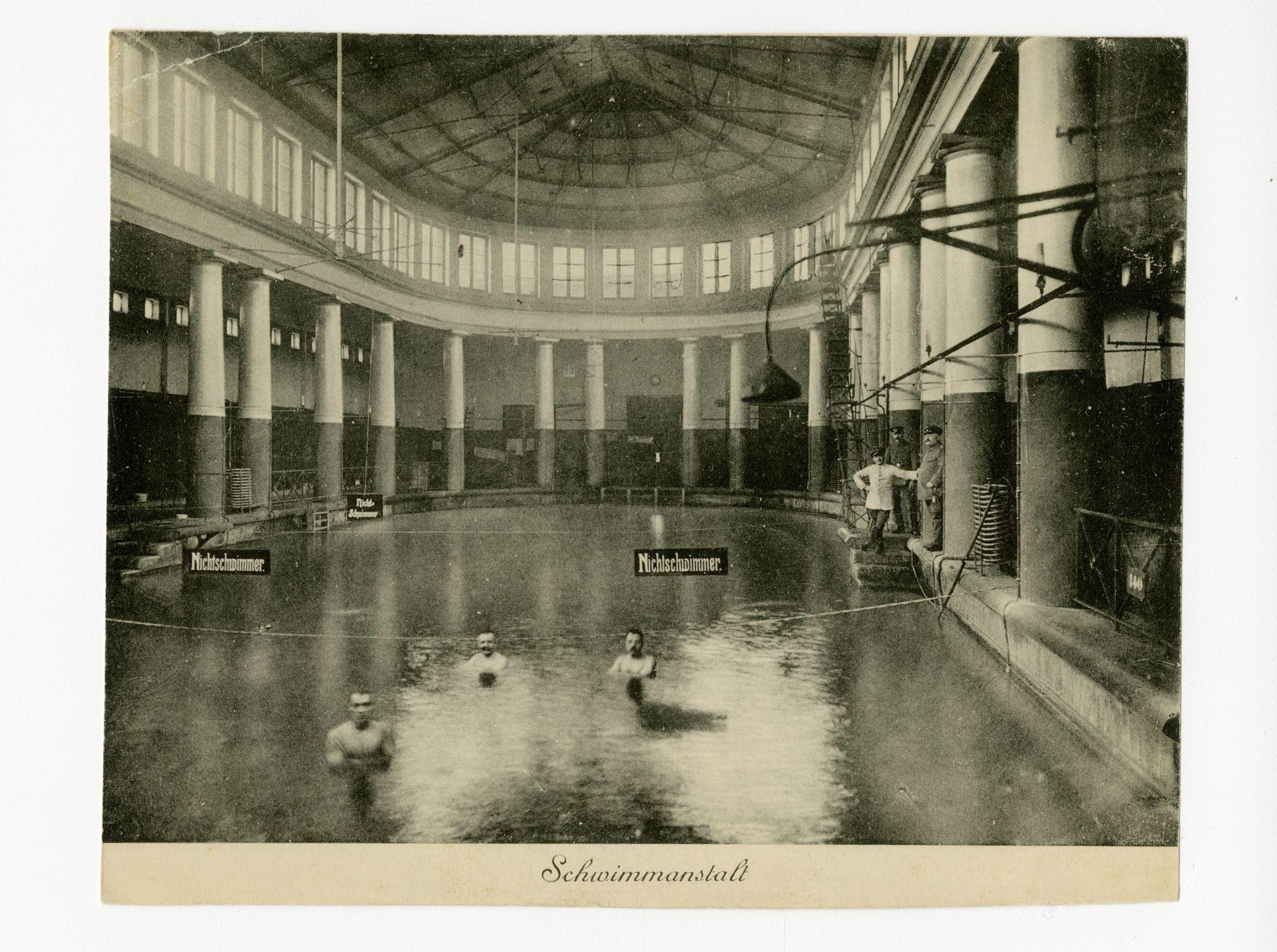 Gent: Gebroeders Van Eyckstraat/Veermanplein: Zwembad Van Eyck: binnenzicht met zwemmers, 1915