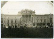 Gent: Coupure Rechts 308 / Casinoplein: Casino (Duits krijgshospitaal Palmenhaus): voortuin aan de zijde van het huidige Casinoplein met groepsfoto van Duits personeel en verpleegden, 1915-1916