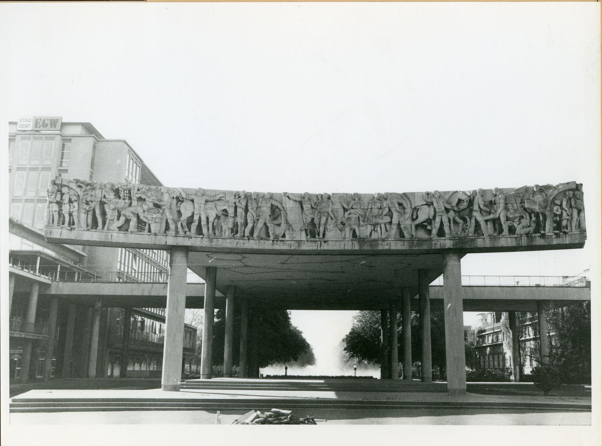 Gent: Woodrow Wilsonplein: monumentale fries (beeldhouwwerk), 1980