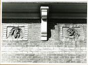 Gent: Maria van Bourgondiëstraat 10: Beeldhouwwerk, 1979