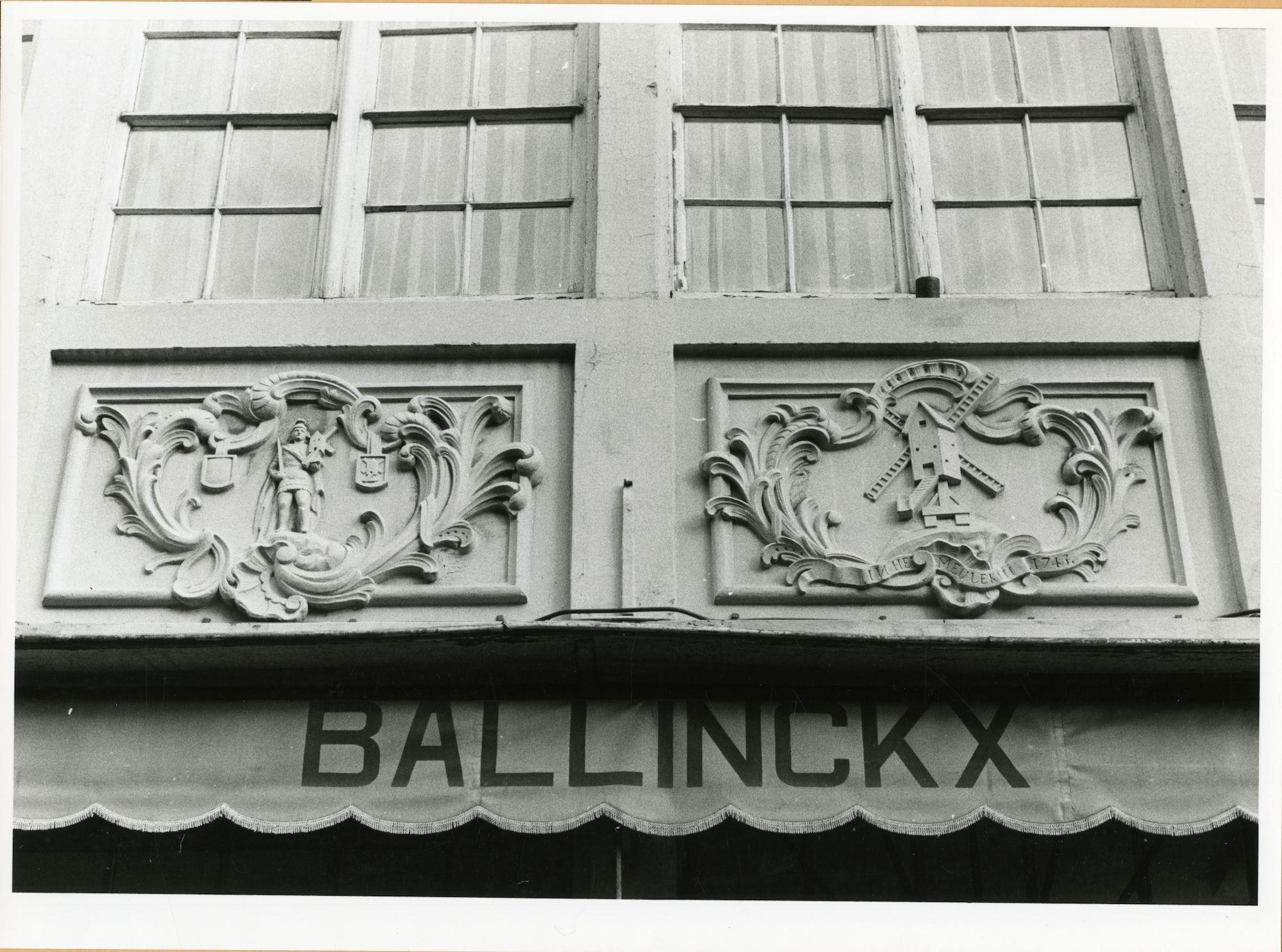 Gent: Burgstraat 10: gevelstenen: Sint Victor en molen, 1979