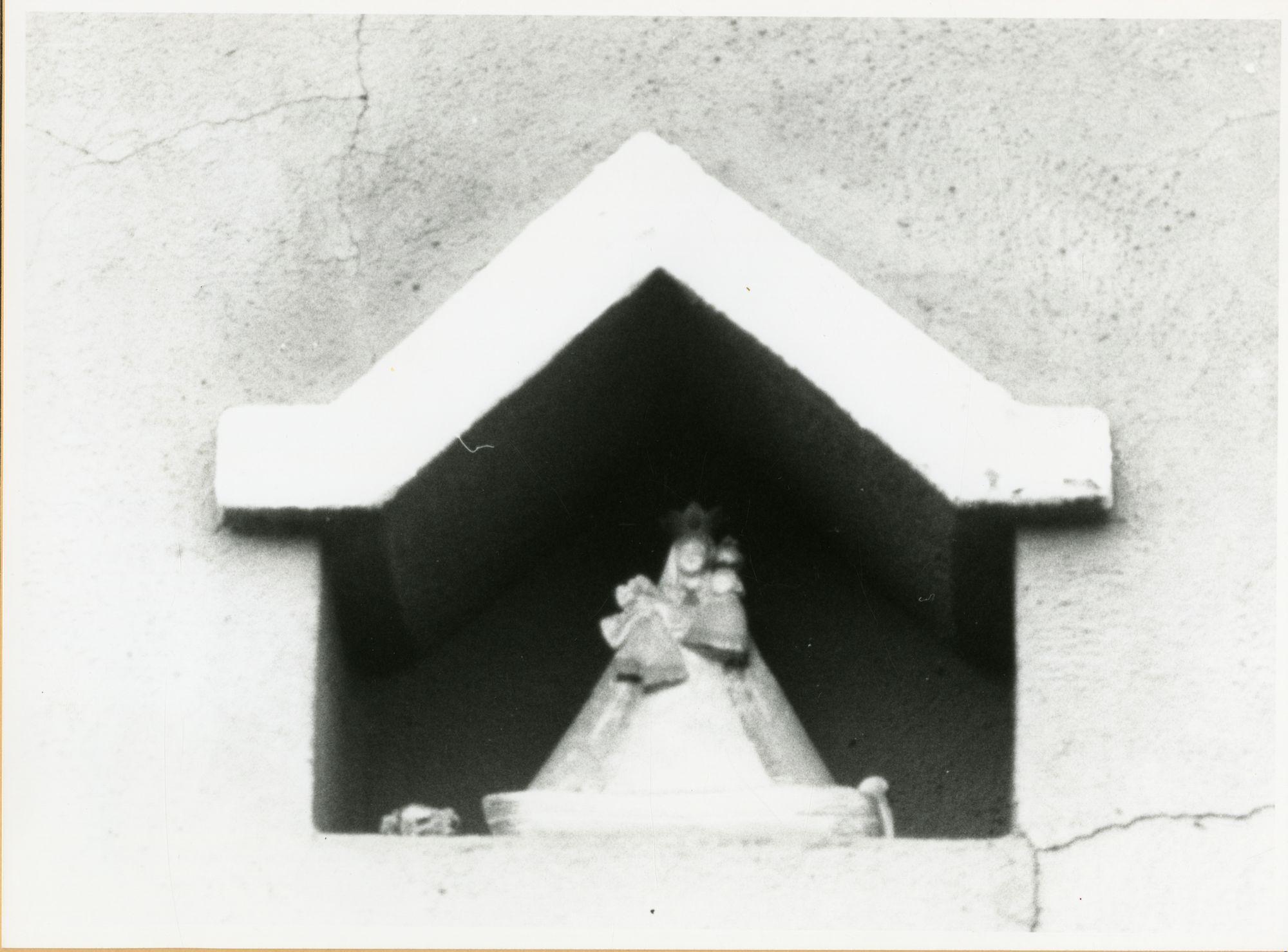 Gent: Henleykaai 1-3: gevelkapel: Maria met Kind, 1979