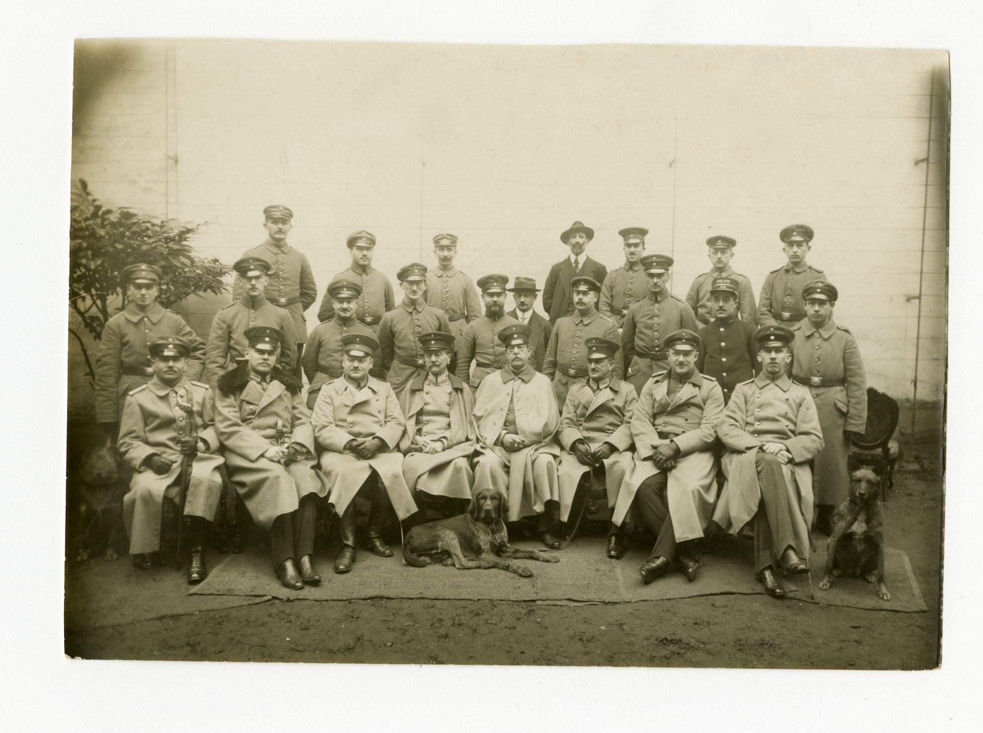 Gent: Vlasmarkt 12: Militärischer Polizei (Militaire Politie): groepsportret van de Chef (commissaris), officieren en ambtenaren, 1915-1916