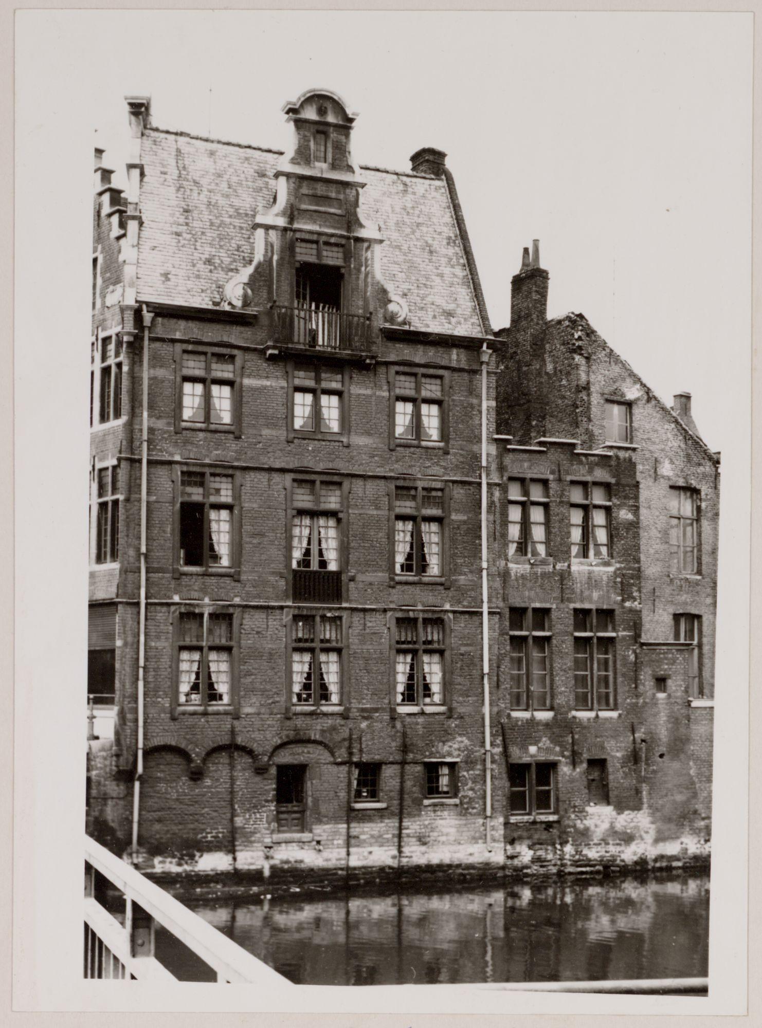 Gent: Leie en zijgevel van Korenlei 1, gezien van de Grasbrug