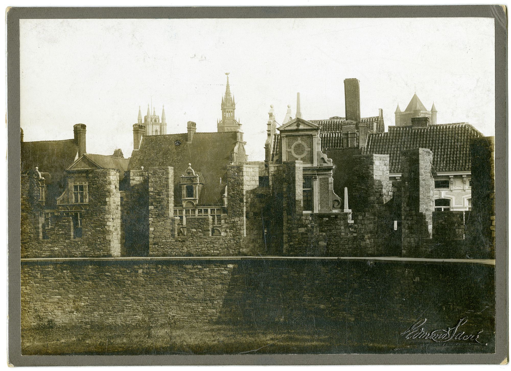 Gent: panorama vanaf de walgang Gravensteen, huizen in de Geldmunt en de drie torens