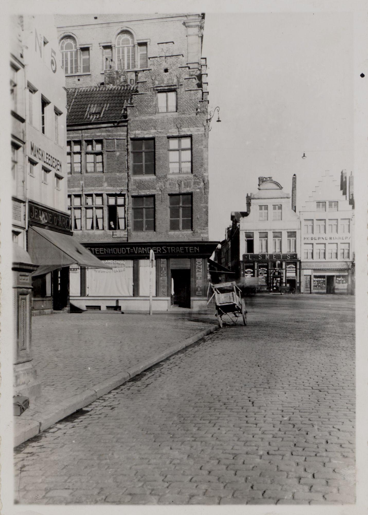 Gent: Vrijdagmarkt, Meerseniersstraat, noordwest kant, breiwinkel Steenhoudt - L. Van Der Straeten en verfwinkel De Gouden Pluim, omstreeks 1900