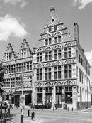 Gent: Burgstraat, hoek Gewad: Huis De Gekroonde Hoofden en twee aanpalende trapgevelhuizen