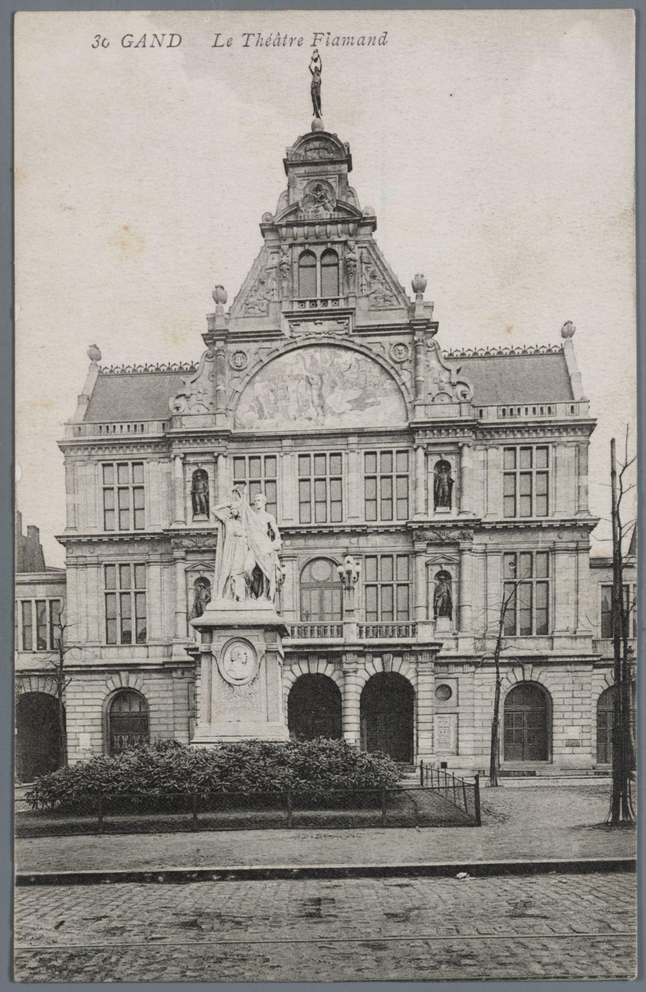 Gent: Sint-Baafsplein: Nederlandse Schouwburg en standbeeld van Jan Frans Willems