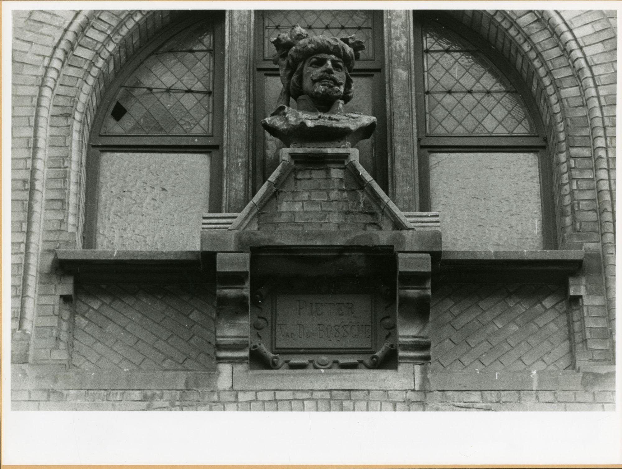 Gent: Belfortstraat: buste: Pieter van den Bossche, 1979