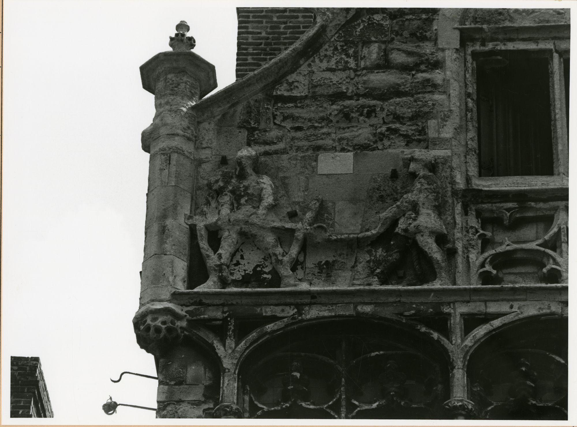 Gent: Graslei 14: Vrije Schippershuis: reliëf: schippers, 1980