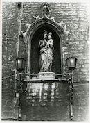 Gent: Groentenmarkt 7: Groot Vleeshuis: nisbeeld: Onze-Lieve-Vrouw met kind en inktpot, 1979