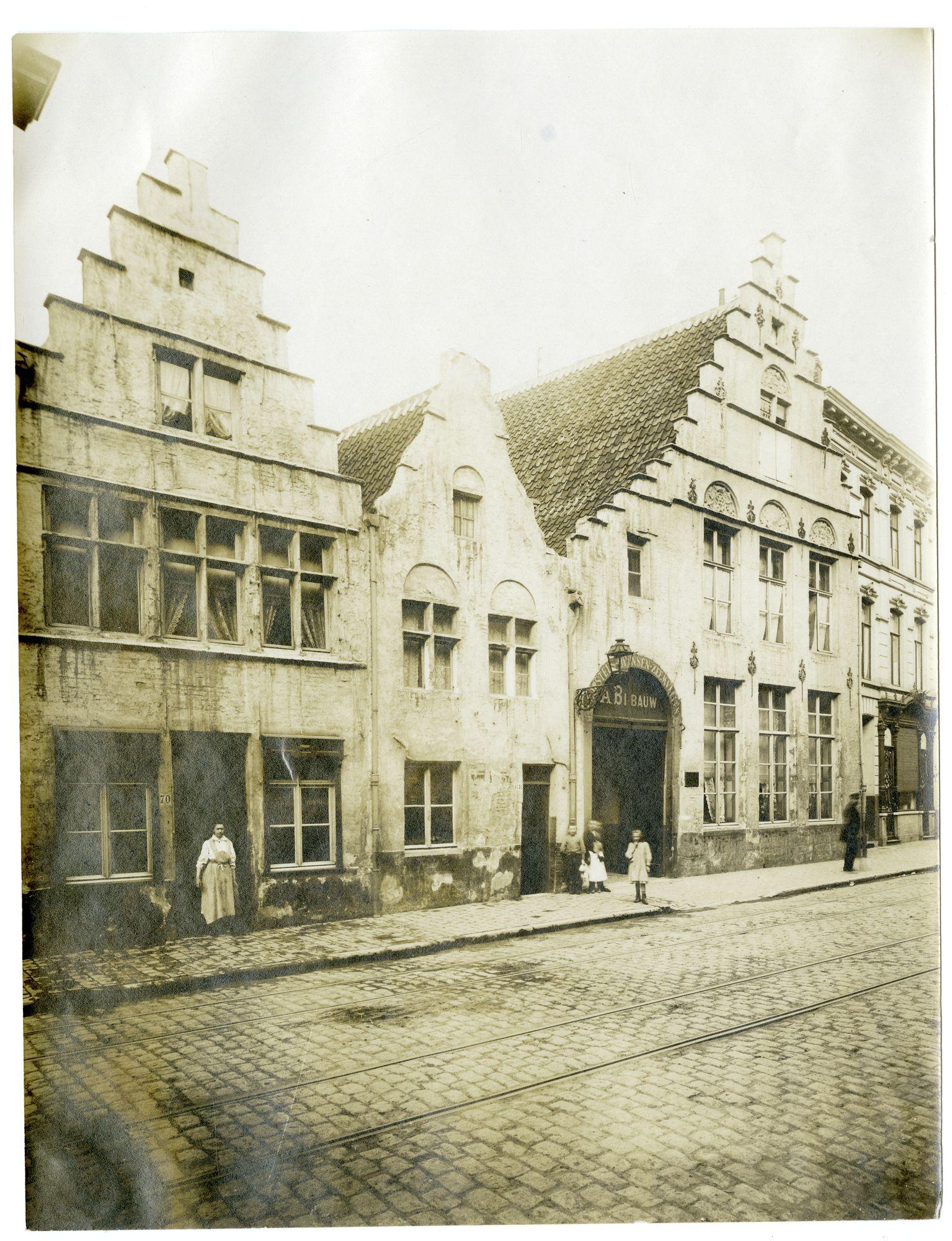 Gent:Hoogstraat, huis nr 66 met poort en gasantaarn