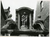 Gent: Begijnhofdries 15: nis met beeld: Sint-Hubertus