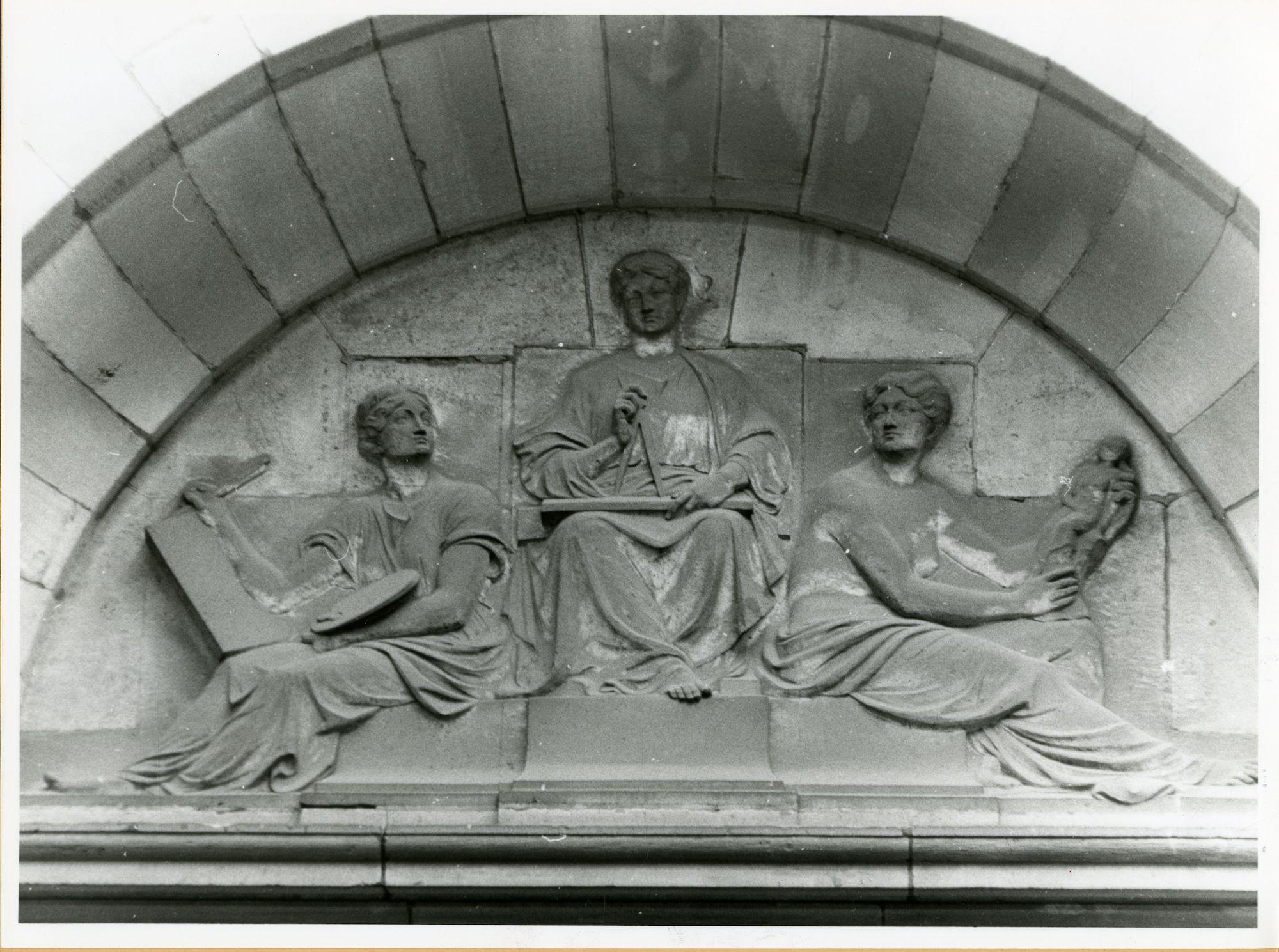 Gent: Hofbouwlaan: Museum van Schone Kunsten: reliëf: drie schone kunsten