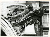 Gent: Gaspar De Craeyerstraat 2: Leopoldskazerne: reliëf: Hulde aan de Strijd, 1979