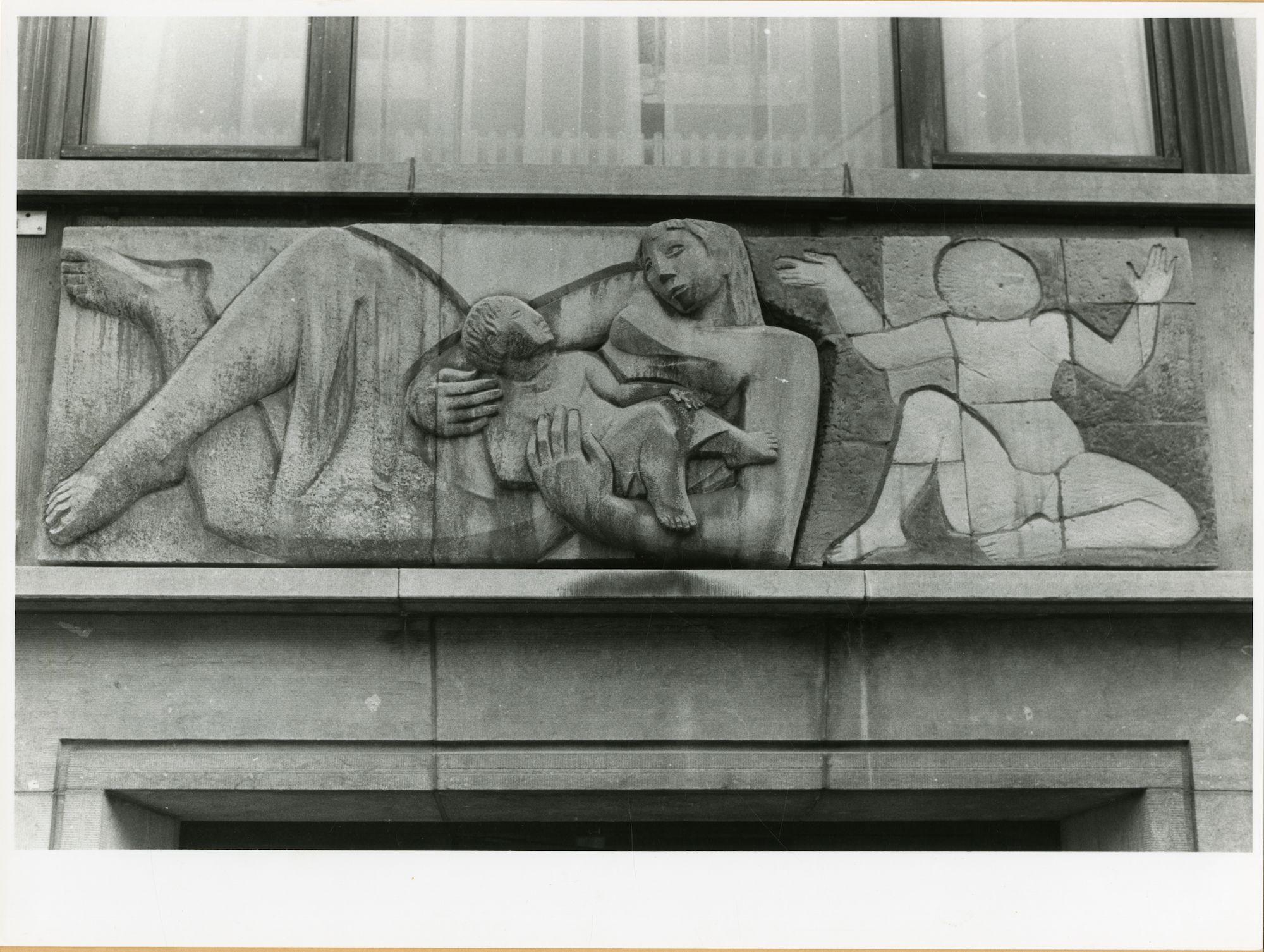 Gent: Bevrijdingslaan 1: reliëf: moeder met kinderen, 1979
