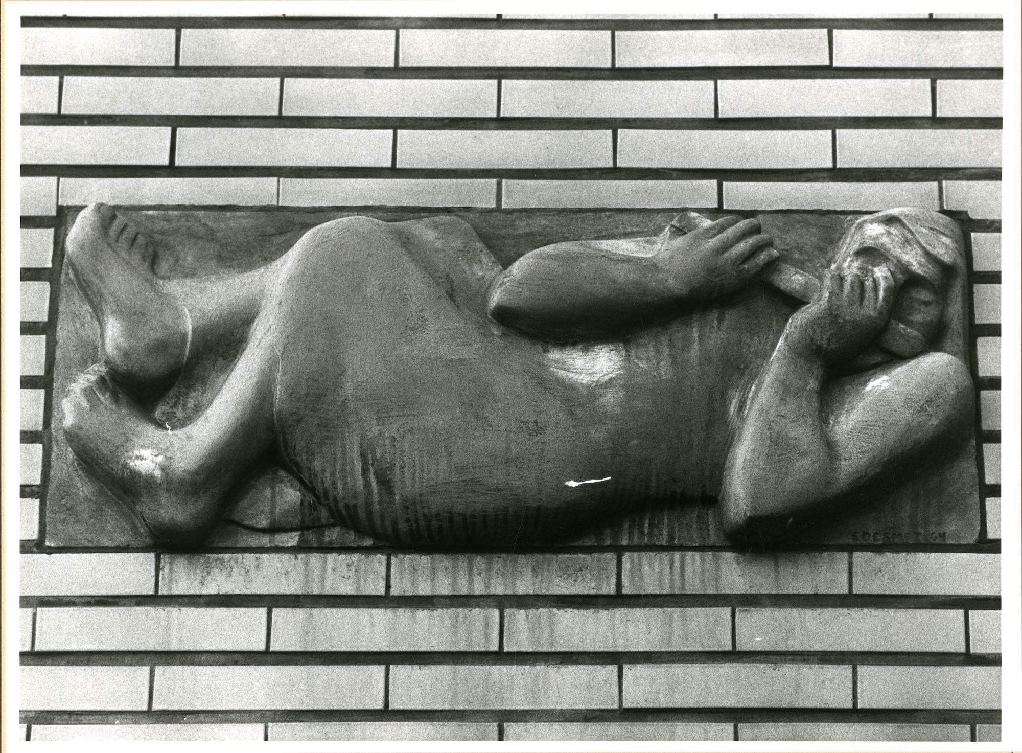 Gent: Doornzelestraat 30: reliëf: fluitspelende vrouw, 1980