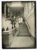 Gent: Koophandelsplein 21: Nieuw of Klein Justitiepaleis (Duits krijgshospitaal voor lichtgewonde officieren): trappenhal met Duits militair verplegend personeel en palmbomen, 1915-1916