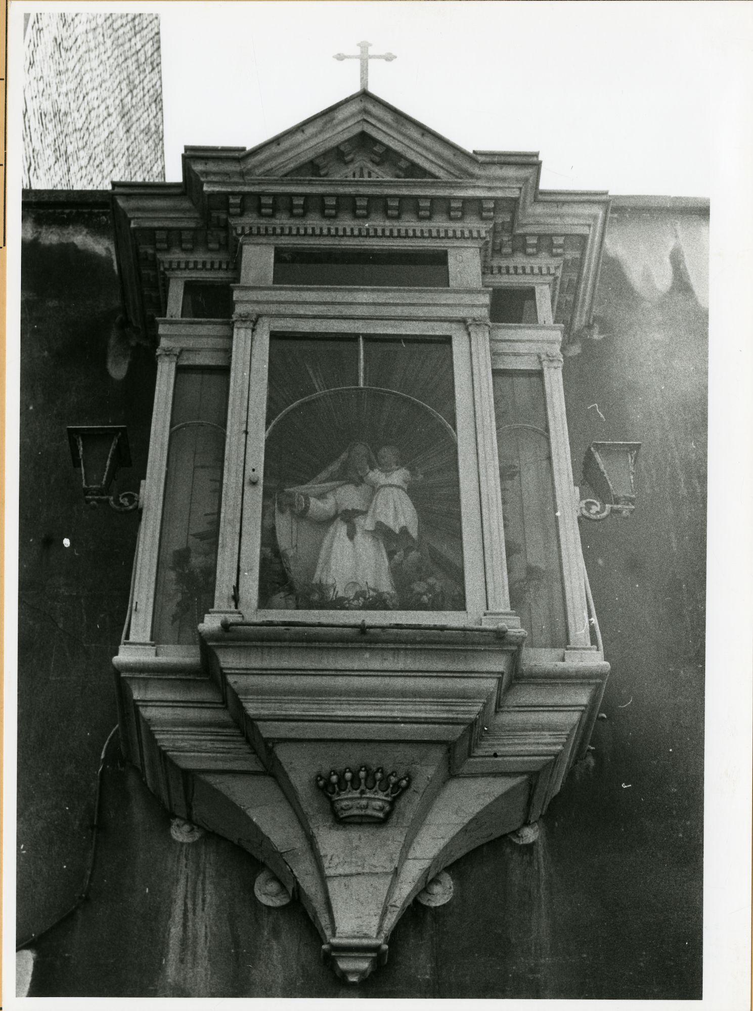 Gent: Brandstraat 3: St-Antoniusbibliotheek: Gevelkapel: Maria met Kind