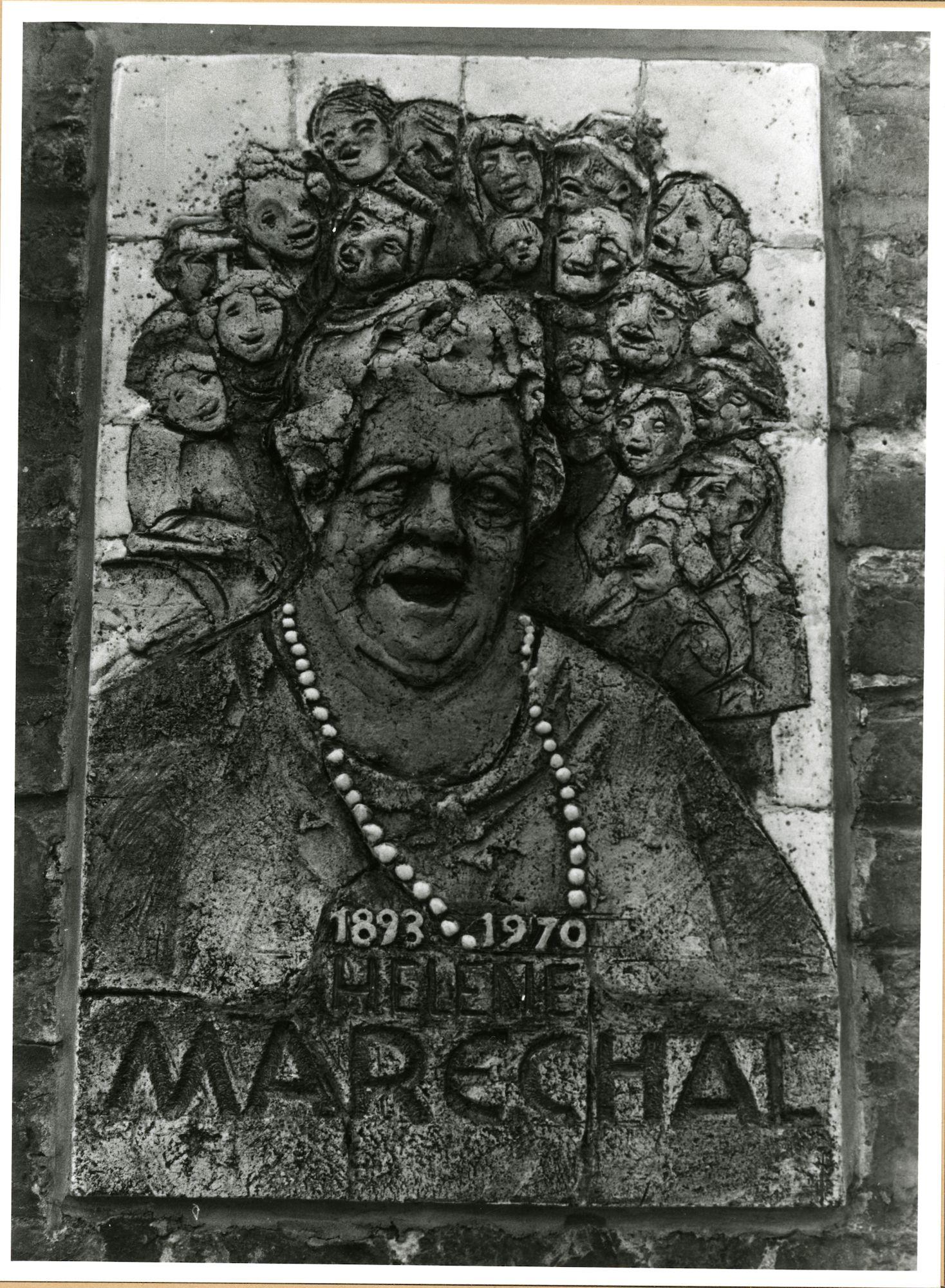 Gent: Begijnhofdries 18: reliëf: gedenksteen voor Hélène Maréchal