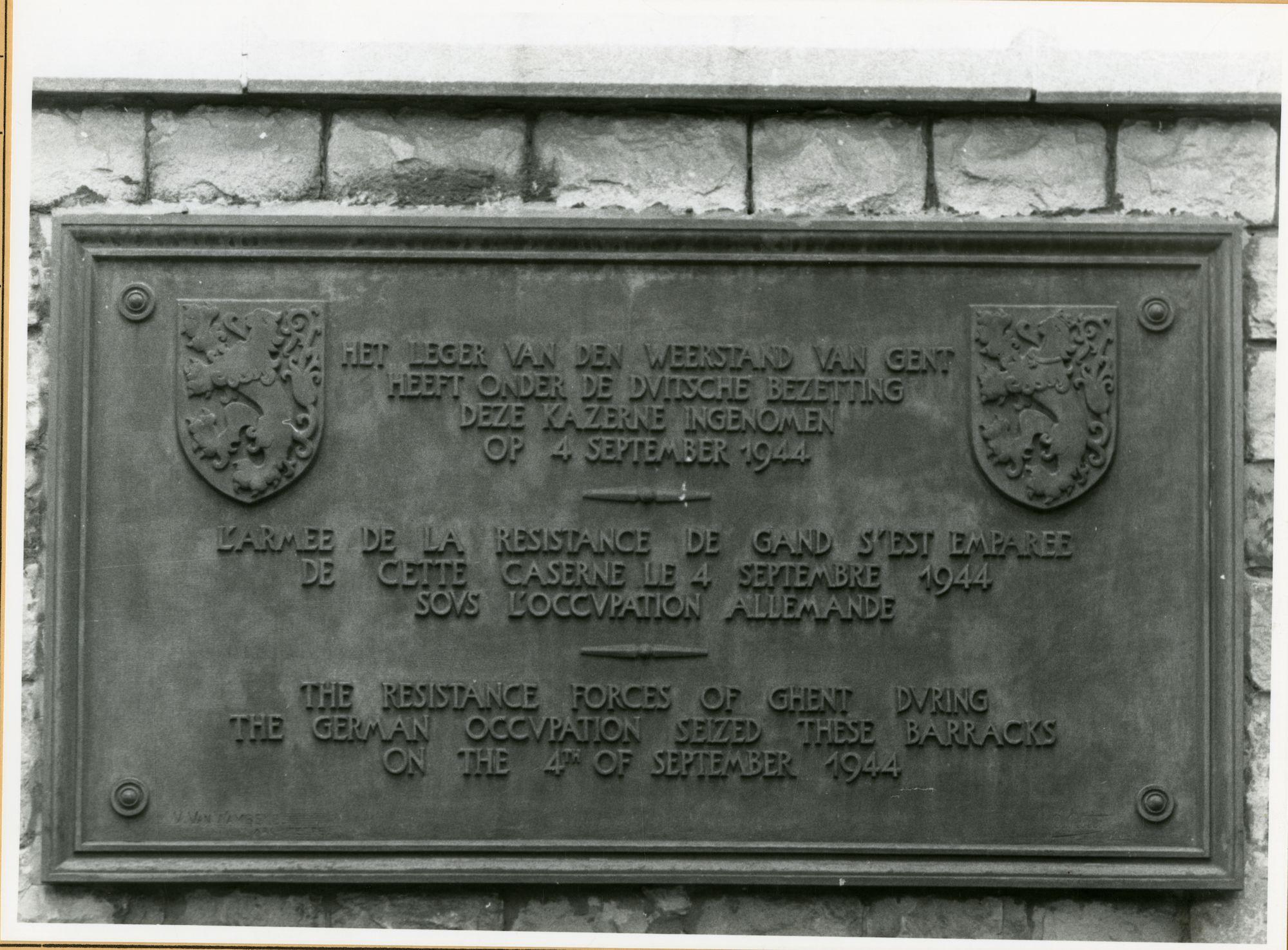 Gent: Charles de Kerchovelaan: Leopoldskazerne: gedenkplaat: leger van de weerstand, 1979