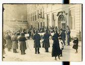 Gent: Korenlei en Sint-Michielsbrug: concert door een militaire muziekkapel voor de verjaardag van de Duitse keizer Wilhelm II, 27 januari 1916