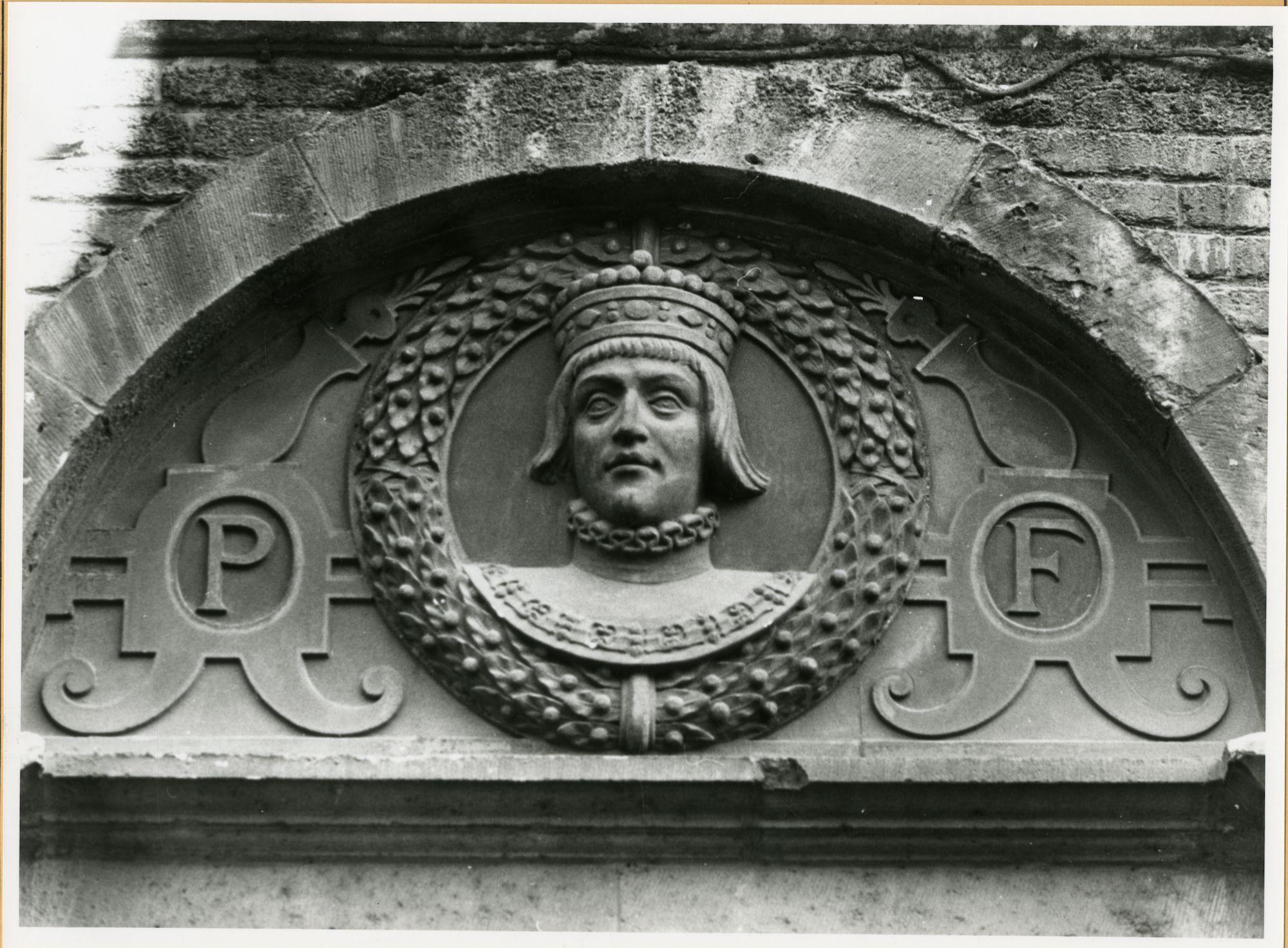 Gent: Burgstraat 4: reliëf: Filips de Schone