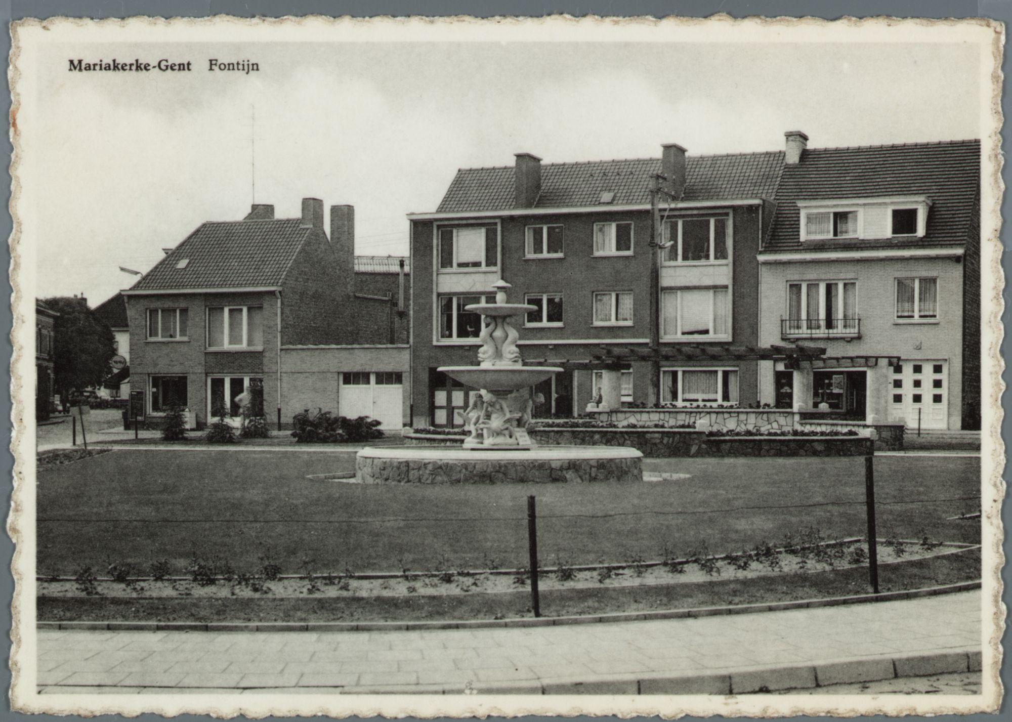 Mariakerke (bij Gent): pleintje met bloemenperk en fontein