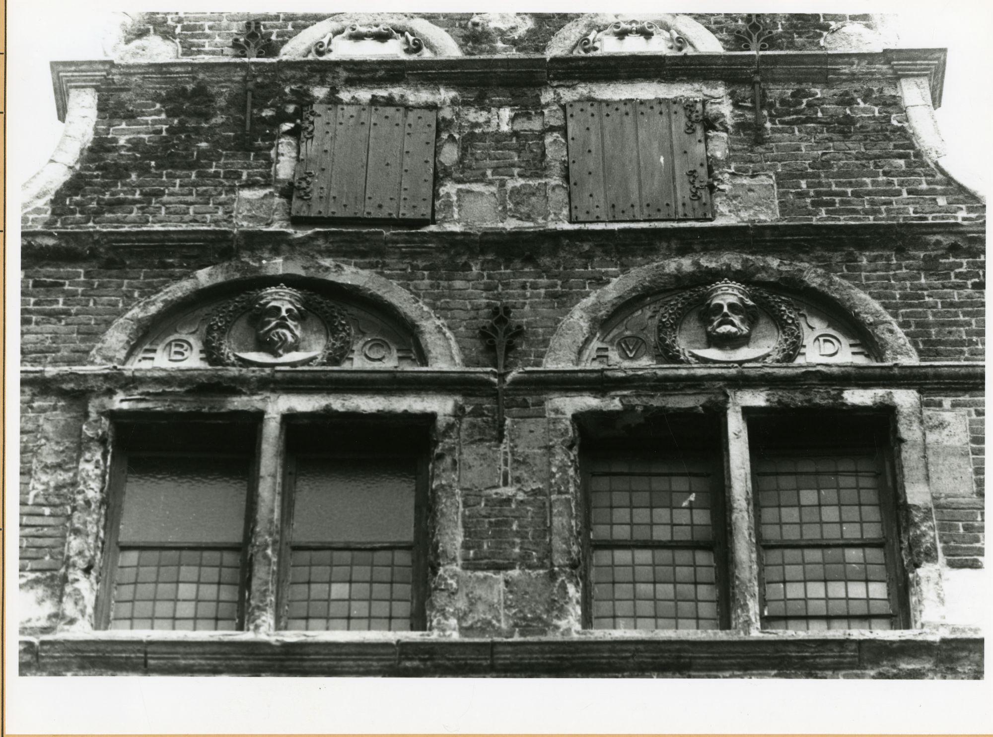 Gent: Burgstraat 4: reliëfs: Boudewijn I van constantinopel en Willem II van Vlaanderen