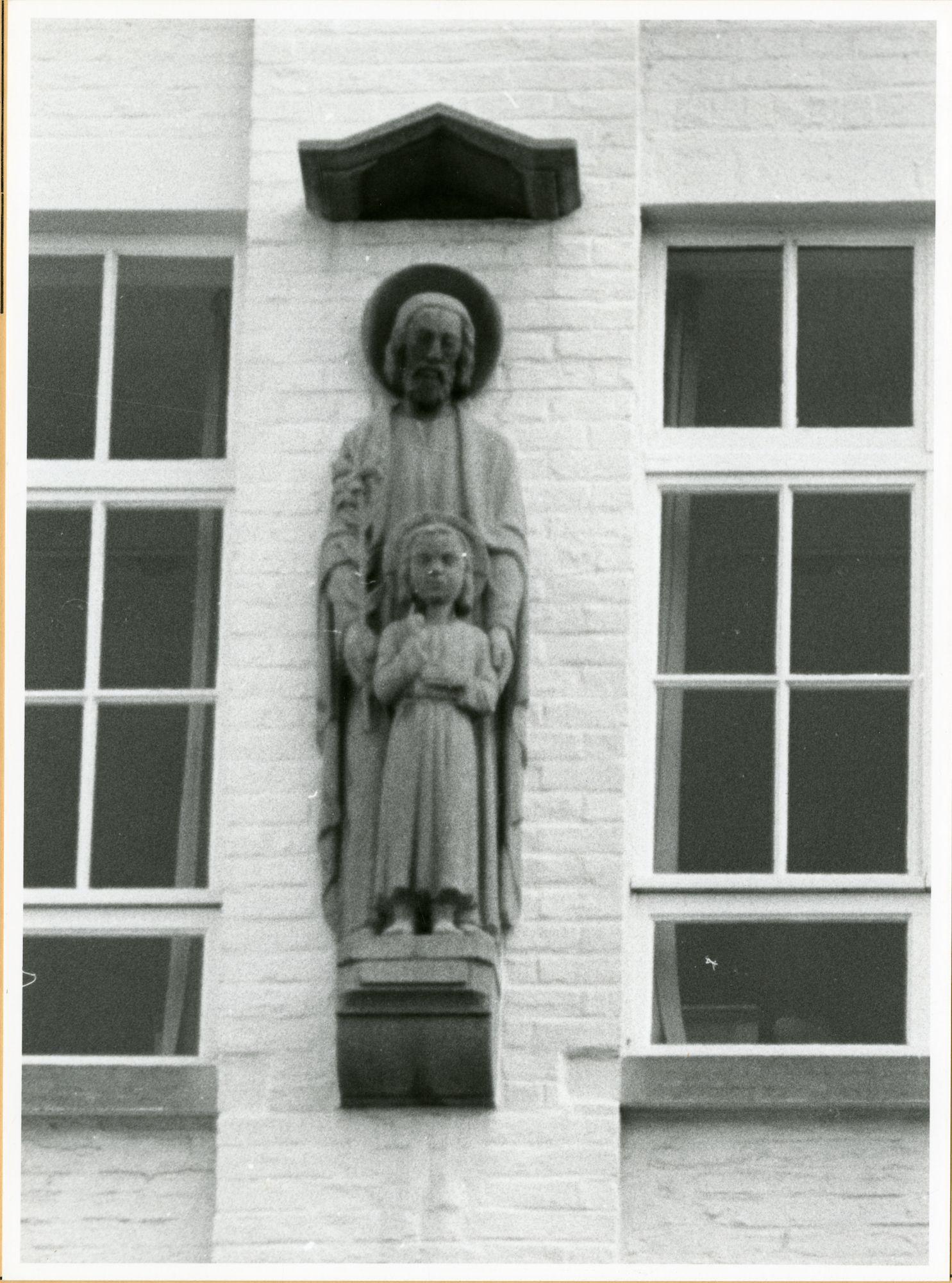 Gent: Bijlokehof 4: gevelbeeld: Heilige Jozef met Kind, 1979